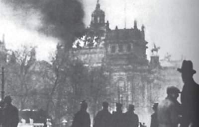 Schaulustige vor dem brennenden Reichstagsgebäude in Berlin am Morgen nach dem Brand am 28 . Februar 1933.