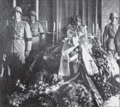 Aufbahrung des toten Reichspräsidenten von Hindenburg.