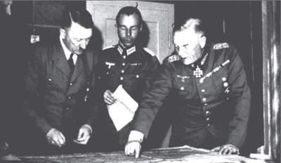 Hitler zusammen mit Major Deyhle und Keitel (ganz rechts) im Führerhauptquatier.