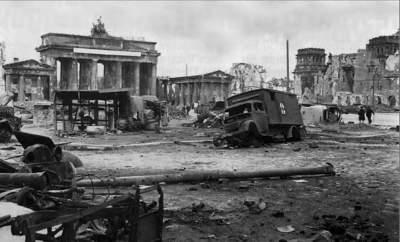 Deutschland in Trümmern. Das Brandenburger Tor in Berlin.